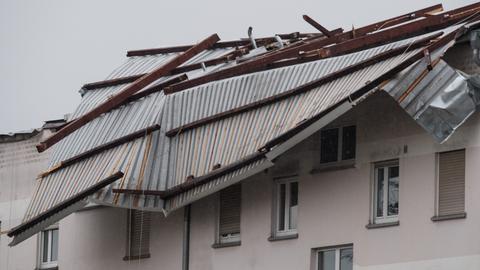 """Das Dach eines Wohngebäudes in Erlensee wurde vom Sturmtief """"Egon"""" stark beschädigt."""