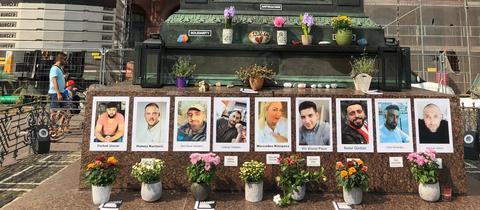 Gedenken an die Opfer des rassistischen Anschlags am Brüder-Grimm-Denkmal in der Hanauer Innenstadt