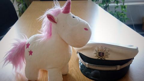 """Gerettet: Einhorn """"Marina"""" auf der Polizeiwache."""