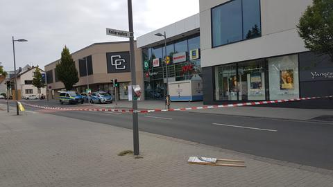 Abperrband vor dem Einkaufszentrum Hofheim