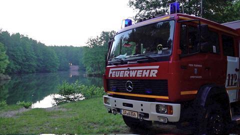 Feuerwehrwagen an Seeufer