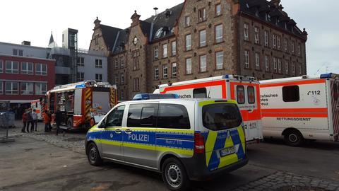 Einsatzfahrzeuge vor dem Gymnasium in Groß-Umstadt