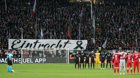 """Banner mit """"Eintracht"""", """"Hanau"""" und Trauerschleife"""