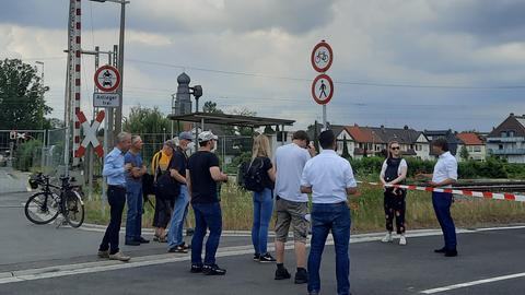 Bürgermeister ThiesPuttnins-von Trotha (CDU) schneidet vor Journalisten das Absperrband durch.