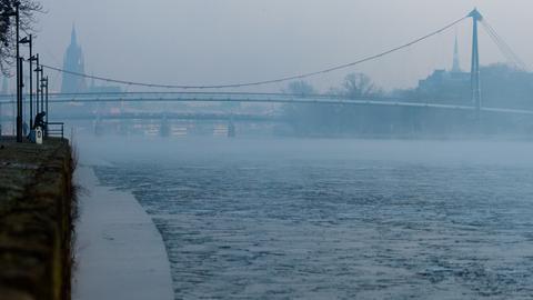 Neblig-trübe Morgenstimmung, Eisschollen auf dem Main.