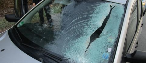 Ein Eisblock hat die Frontscheibe des Autos durchschlagen.