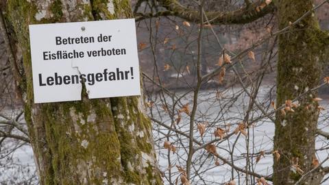 Schild warnt vor Betreten von Eisfläche
