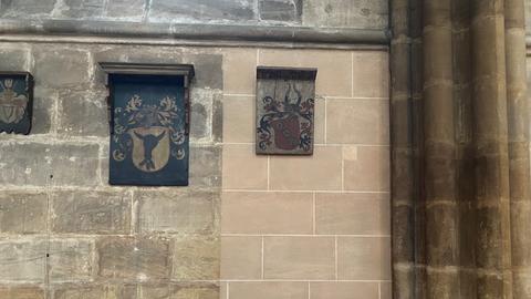 Links die fleckigen Steine jetzt in der Elisabethkirche, rechts der helle Rosaton, der bald an alle Wände kommt