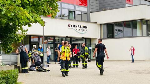Rettungskräfte am Eingang vom Gymnasium Eltville