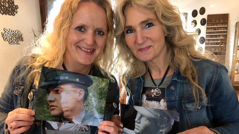 Meike Berger und Angela Storm mit Bildern ihres Helden.