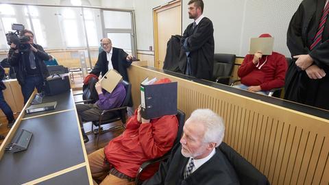 """Angeklagte im """"Elysium""""-Prozess verdecken ihre Gesichter"""