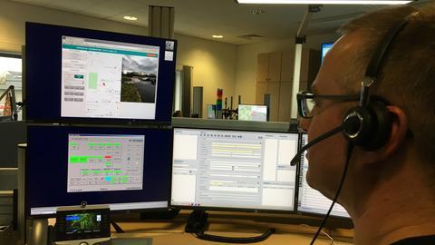 Frank Schmitt blickt in der Zentralen Leitstelle auf den Emergency-Eye-Monitor.