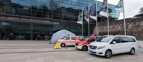 Autos des DRK und Feuerwehr stehen vor dem Darmstadtium.