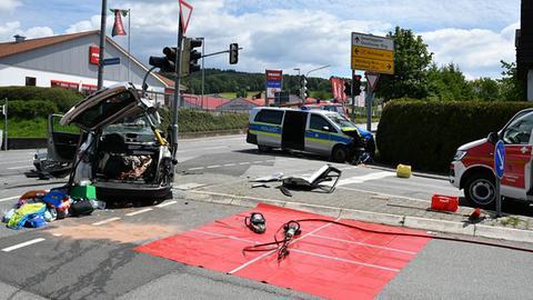 Der Pkw (li.) wurde durch den Zusammenprall mit dem Polizeiwagen (re.) völlig zerstört.