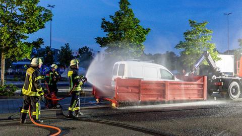 Mit einem Wasserschlauch bekämpfte die Feuerwehr zunächst das Gasleck des Kleintransporters.