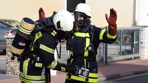 Einsatzkräfte der Feuerwehr testen sich auf radioaktive Strahlung.