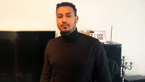 Portrait von Ermias Tewolde Keleta in seiner Wohnung.