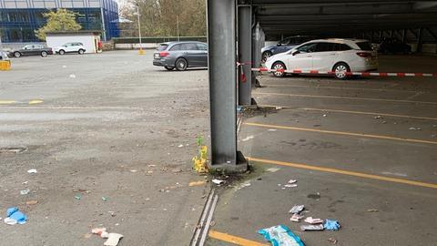 Der Tatort in einem Parkhaus in Bad Homburg wurde in der Nacht zu Sonntag vorübergebend abgesperrt.