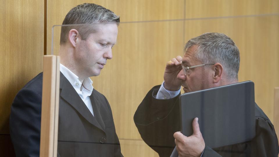 Stephan Ernst und sein früherer Anwalt Frank Hannig (r.).