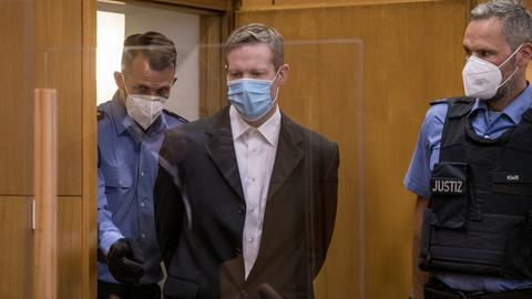Der Hauptangeklagte Stephan Ernst wird in den Gerichtssaal geführt.