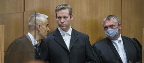 Der Angeklagte Stephan Ernst (M) spricht zu Prozessbeginn mit seinen Anwälten Mustafa Kaplan (l) und Frank Hannig.