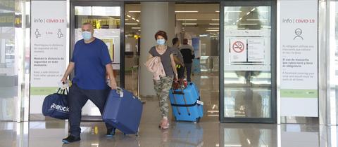 Urlauber verlasssen den Flughafen in Palma de Mallorca