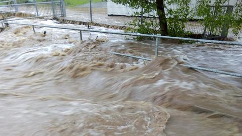 Der kleine Steinbach wurde in Helsa-Eschenstruth (Kassel) zum reißenden Fluss.