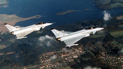 Blick auf zwei Eurofighter der Typen DA1 und DA5 bei einem Erprobungsflug (undatiertes Archivbild).
