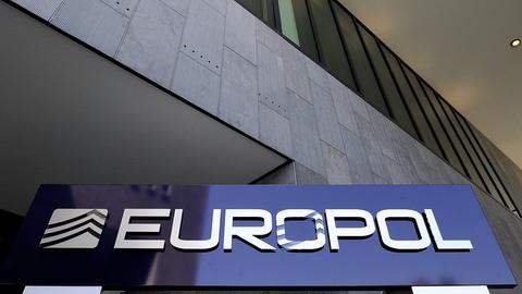 Schild vor der Europol-Zentrale in Den Haag