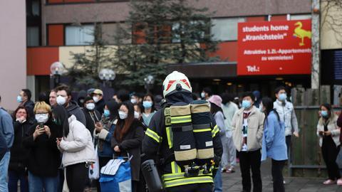 Viele Studierende vor ihrem Darmstädter Wohnheim, das sie wegen erhöhter Kohlenmonoxid-Werte verlassen mussten