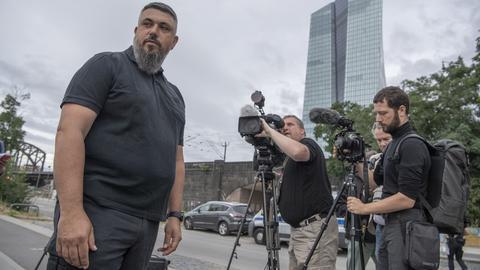 Bombenentschärfer René Bennert vom Kampfmittelräumdienst vor der Europäischen Zentralbank