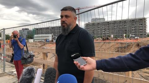 Bombenentschärfer Rene Bennert vom Kampfmittelräumdienst vor der Baustelle mit der Weltkriegsbombe