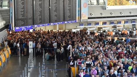 Tausende Passagiere strömen aus dem Terminal 1 des Frankfurter Flughafens.