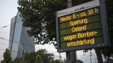 Anzeigetafel im Frankfurter Ostend mit Hinweis auf die bevorstehende Bombenentschärfung