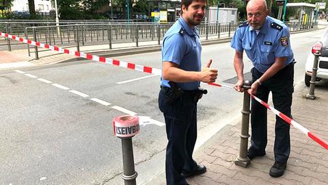 Polizei sperrt Straßen ab wegen der bevorstehenden Entschärfung einer Weltkriegsbombe im Frankfurter Ostend