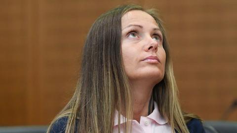 Schwesta Ewa blickt während der Verhandlung nach oben.