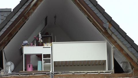 Bei der Explosion wurde eine Wand im Dachgeschoss weggerissen.