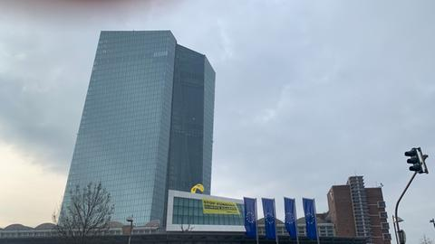 """Greenpeace-Banner """"Stop funding Climate Killers"""" an der EZB in Frankfurt."""