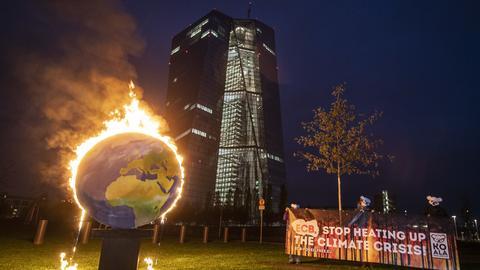 Brennende Erde vor Hochhaus