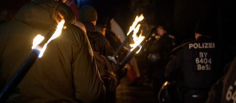 Rechtsradikale mit Fackeln bei Demo in Wunsiedel (Bayern) im November 2015