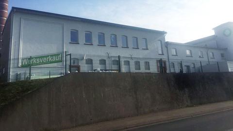 In diesem Gebäude in Sinntal soll der Verdächtige Kinder sexuell missbraucht haben.
