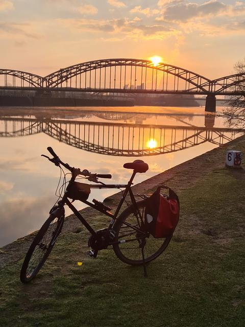 Fahrrad vor Brücke