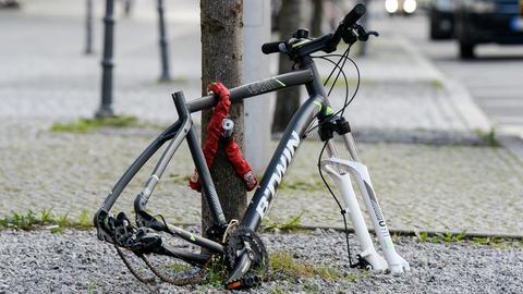 Reste eines von Fahrraddieben bearbeiteten Fahrrads