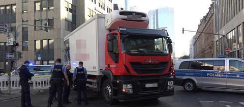 Lkw und Polizisten auf der Kreuzung in Frankfurt.