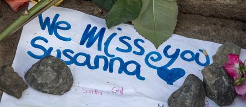 """Tuch mit der Aufschrift """"We miss you Susanna"""""""