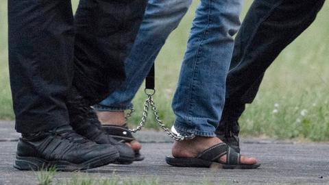 Der Verdächtige im Fall Susanna wird mit Fußfesseln abgeführt.
