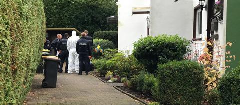 Polizisten vor der Wohnung in Sossenheim
