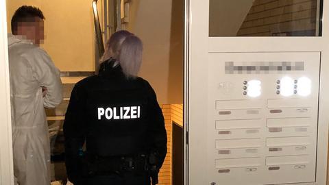 Polizei in der Eingangstür eines Mehrfamilienhauses
