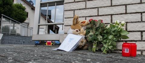Blumen und Stofftiere am Tatort