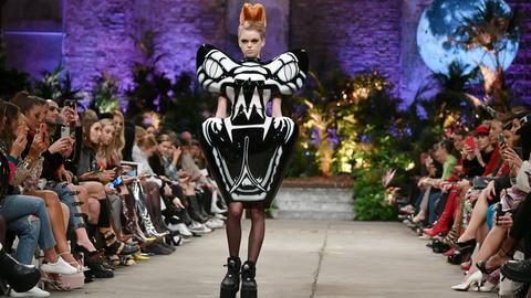 Model läuft bei Fashion Show in Berlin über Laufsteg